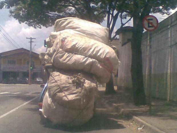 Carro com carga em excesso na zona sul de são José dos Campos (Foto: Anderson Medeiros/Arquivo Pessoal)