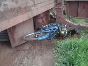 Bicicleta também foi atingida  (Foto: Herinaldo Nascimento/Ascom Polícia Militar)