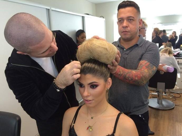 O coque de Ana Paula Guedes foi feito de cabelo de boneca! (Foto: Gshow)