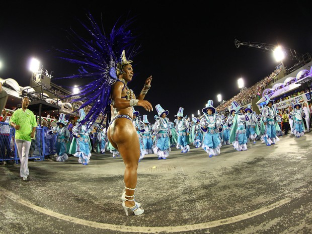 Império Serrano levou para a avenida o enredo Caxambu, o milagre das águas na fonte do samba (Foto: Rodrigo Gorosito/G1)