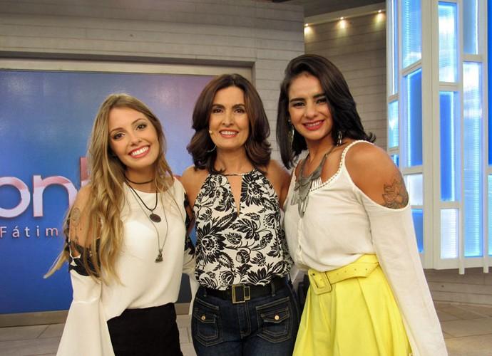 A modelo Paola Antonini e a nadadora paratleta Camille Rodrigues com a Fátima  (Foto: Carolina Morgado/Gshow)