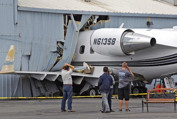 Pequeno avião 'entra' em hangar na Califórnia (Foto: Nick Ut/AP)