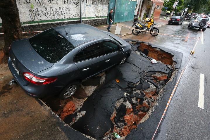 Carro cai em cratera na Rua Dona Veridiana, na Santa Cecília