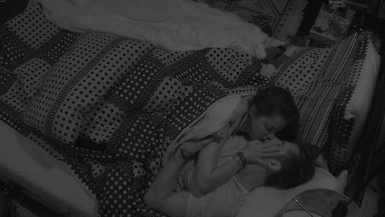 Emilly e Marcos se beijam no Quarto Preto