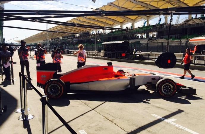 Equipe Manor finalmente foi para a pista, no 1º treino livre para o GP da Malásia (Foto: Reprodução/Twitter)