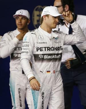 Nico Rosberg e Lewis Hamilton após o treino classificatório para o GP de Abu Dhabi (Foto: AP)