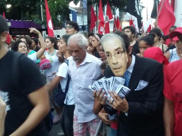 Manifestante no Recife segura cédulas e usa máscara de Eduardo Cunha (Foto: Katherine Coutinho/G1)