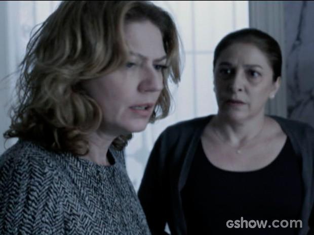 Angela é informada de que várias joias sumiram de sua mansão (Foto: O Rebu / TV Globo)