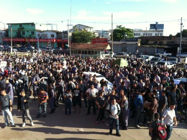 Ms bloquearam via durante protesto na manhã desta segunda (Foto: Adneison Severiano/G1 AM)
