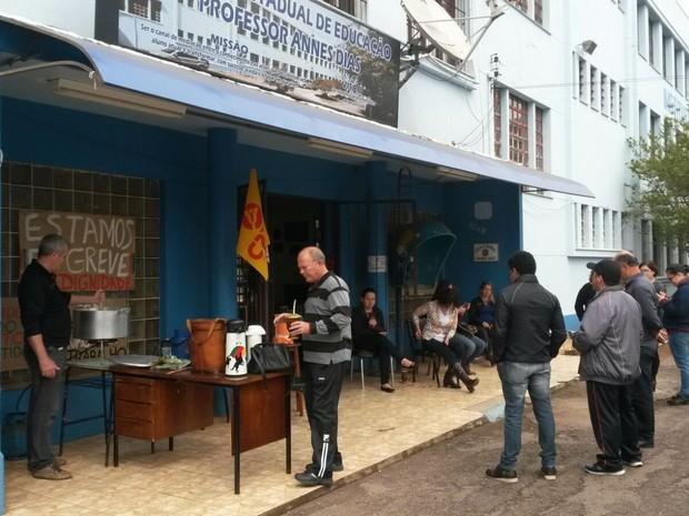 Polenta e frango seriam servidos em almoço para os professores (Foto: Anelise Nicolodi/RBS TV)