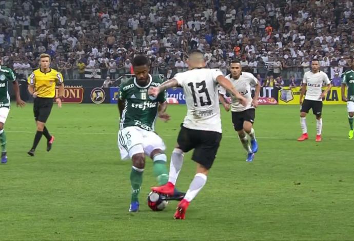 Guilherme Arana, do Corinthians, acerta uma caneta em Michel Bastos, do Palmeiras (Foto: Reprodução SporTV)