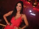 Ex-BBB Mayara usa vestido decotado para curtir a noite carioca
