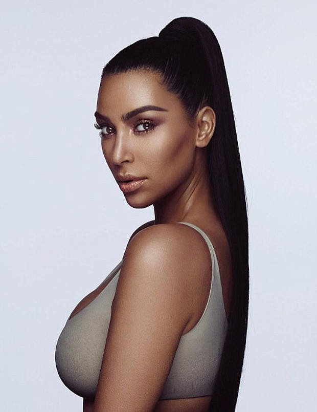 Kim Kardashian posa para KKW Beauty (Foto: Reprodução/Instagram)