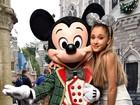 Ariana Grande tieta o Mickey e posa com orelhas da Minnie na Disney
