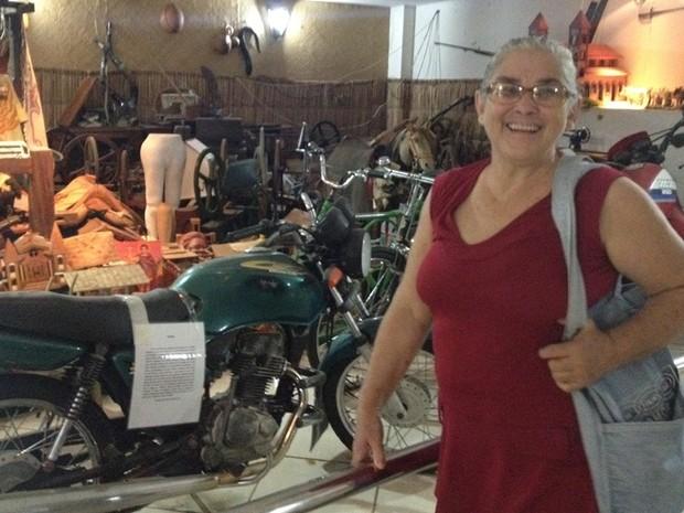Aposentada Emilia de Almeida deixou roda de fiar: 'Agradecimento' (Foto: Fernanda Borges/G1)