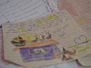 Algumas crianças capricham nos desenhos para cartinha de Natal para o Papai Noel (Foto: Maiara Barbosa/ G1)