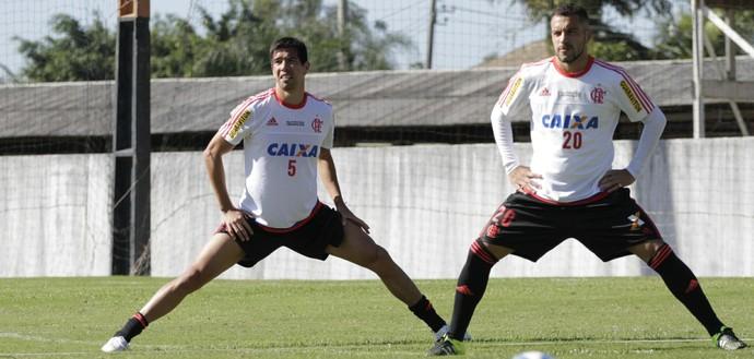 Cáceres participou do treino de sábado ao lado dos companheiros (Foto: Gilvan de Souza/ Fla Imagem)