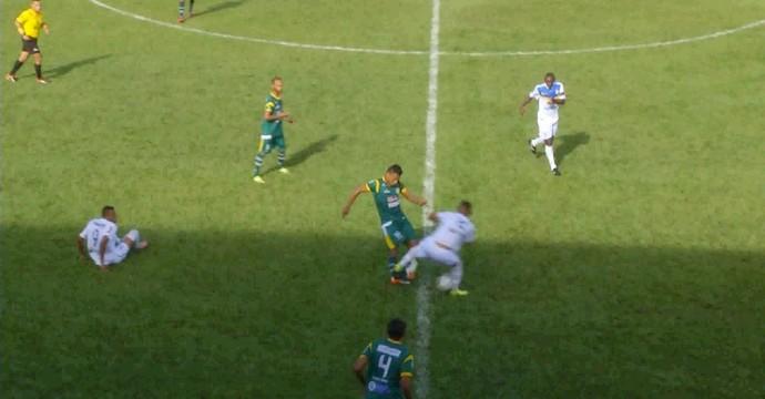 Jogador quebra a perna  (Foto: Reprodução/TV Anhanguera)