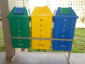 Somente lixeiras para vidro, papel e metal são encontradas em quase todo campus (Foto: Teresa Dias/G1)