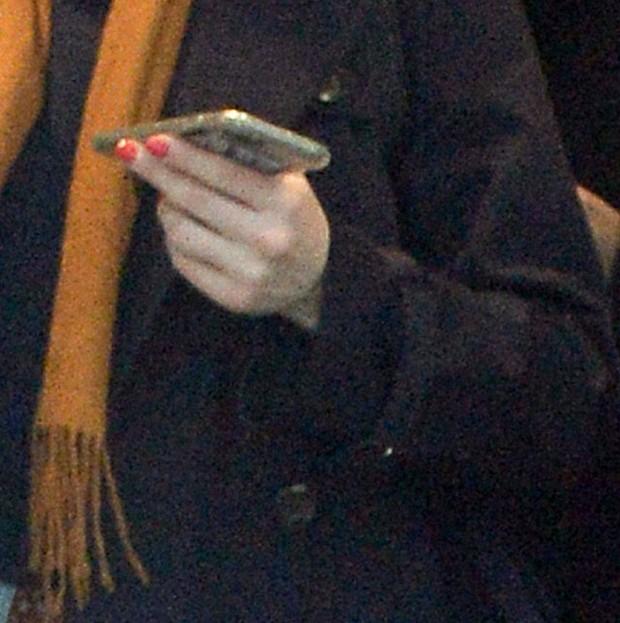 Detalhe de mão de Scarlett Johansson (Foto: Grosby Group/Agência)