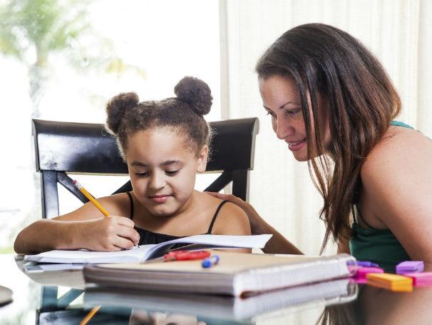 Acompanhar o estudo dos filhos é uma boa estratégia para se interar do conteúdo trabalhado na escola (Foto: Divulgação/ Thinkstock/Getty Images)
