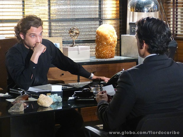Alberto aperta o prazo para Hélio pagar dívidas (Foto: Flor do Caribe / TV Globo)