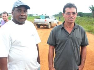 Os lavradores Expedito Geraldo e Antônio Nunes reclamam que não conseguem escoar produção (Foto: Taísa Arruda/G1)