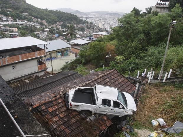 Carro capotou e parou em telhado na Grajaú-Jacarepaguá (Foto: Severino Silva/Agência O Dia/Estadão Conteúdo)