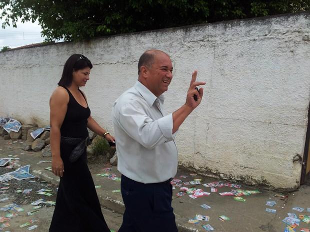 Candidato Zetinho, do PTB, chegando em colégio de Eldorado para votar (Foto: Mariane Rossi/G1)