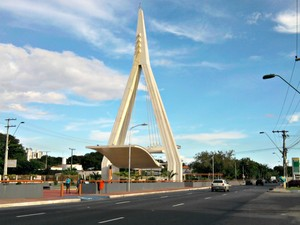 Monumento que homenageia a Ponte Rio Negro (Foto: Luis Paulo Dutra/ G1 AM)