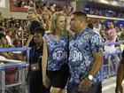 Ele pode! Ronaldo Fenômeno 'desfila' com namorada na Sapucaí
