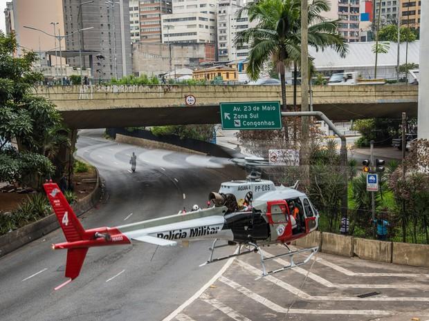 Helicóptero da Polícia Militar resgata um morador de rua que estava em estado grave no Viaduto do Chá, em São Paulo (Foto: Chello Fotógrafo/Futura Press/Estadão Conteúdo)