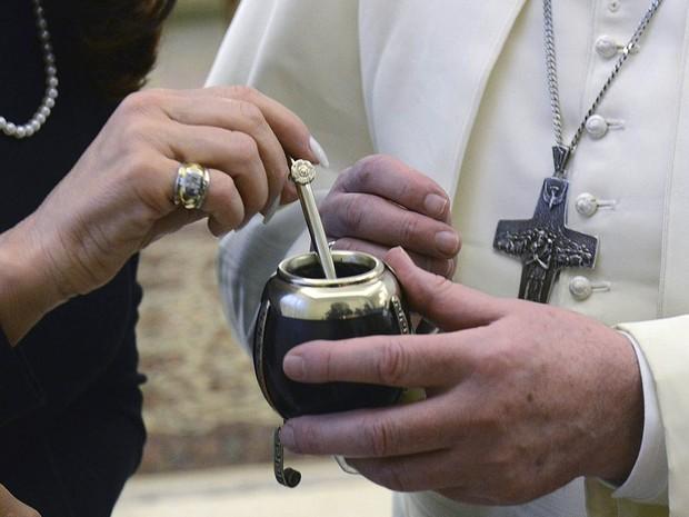 A presidente da Argentina deu uma cuia para o Papa Francisco durante encontro no Vaticano. (Foto: Presidência Argentina/Reuters)