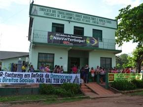 Em Santarém, manifestantes em apoio a democracia e a presidente Dilma Rousseff se concentram em frente ao Sindicato dos Trabalhadores e Trabalhadores Rurais (STTR), situado na rodovia federal BR-163 (Foto: Adonias Silva/G1)