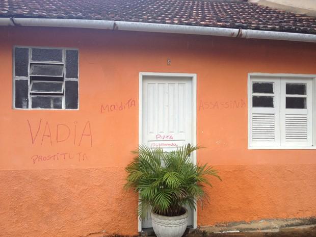 Casa de Susana está com palavras ofensivas escritas na parede (Foto: Cristiane Cardoso/G1)
