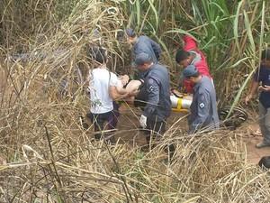 Bombeiros tiveram trabalho para resgatar um dos feridos da picape (Foto: Wilson Ribeiro/Inter TV dos Vales)