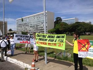Manifestantes pedem intervenção militar no país do lado de fora do Congresso Nacional (Foto: Renan Ramalho/G1)