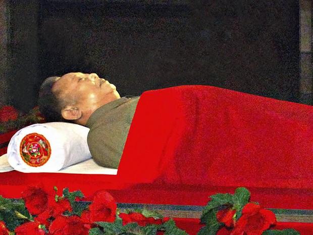 Ex-ditador da Coreia do Norte, Kim Jong-il é visto embalsamado três dias após sua morte, em 17 de dezembro de 2011 (Foto: Korean Central News Agency via Korea News Service/AP)