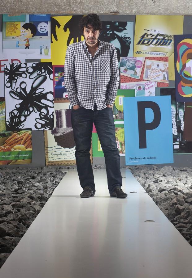 Prestígio. O designer Gustavo Piqueira posa no hall de entrada da Casa Rex, no Pacaembu. O estúdio faturou mais de 200 prêmios (Foto: Rogério Cassimiro / Época SP)