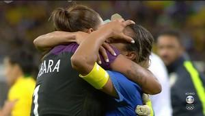 Marta e Bárbara se abraçam após classificação (Foto: Reprodução/TV Globo)