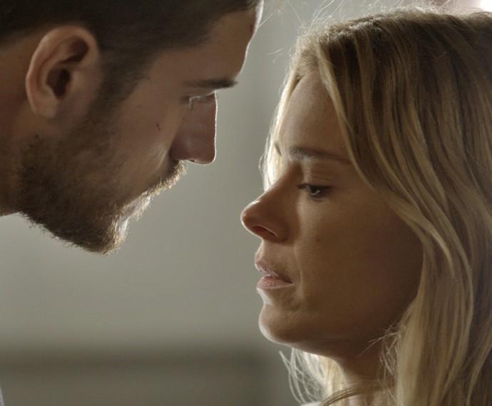 Dante pede para Lara deixar ele cuidar dela (Foto: TV Globo)