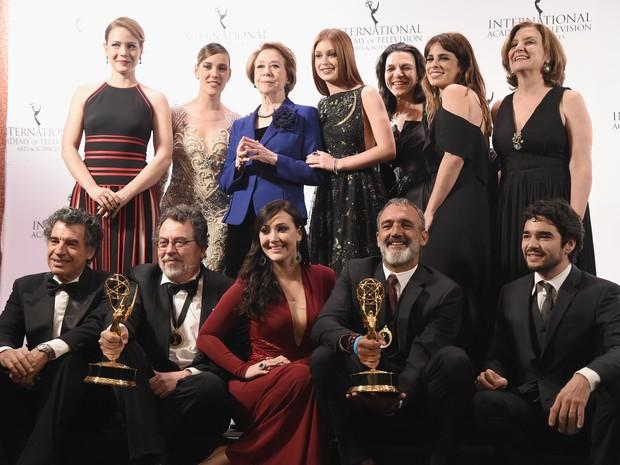 Fernanda Montenegro com elenco e equipe de Império em prêmio em Nova York, nos Estados Unidos (Foto: Theo Wargo/ Getty Images/ AFP)