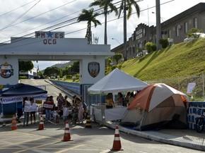 Familiares de PMs bloqueam a entrada do Quartel em Vitória (Foto: Carlos Alberto Silva/ A Gazeta)