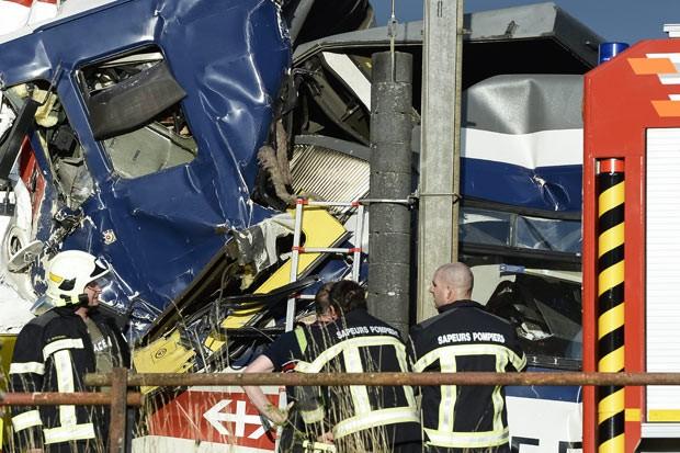 Equipes trabalham no local do choque entre trens que deixou feridos nesta segunda-feira (29) na Suíça (Foto: Keystone, Laurent Gillieron/AP)