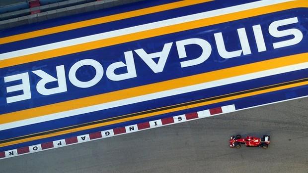 Vettel, da Ferrari, em ação no treino classificatório GP de Cingapura 2015 (Foto: Getty Images)