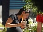 Mila Kunis exibe o barrigão na reta final da gravidez