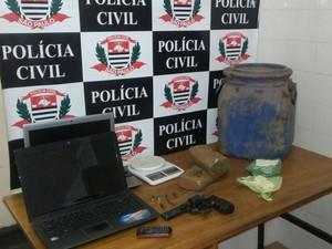 Computadores, droga, arma e munição foram apreendidos em Jacareí (Foto: Divulgação/ DIG)