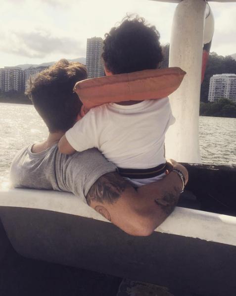 Bruno Gagliasso e Titi andando de pedalinho (Foto: Reprodução / Instagram)