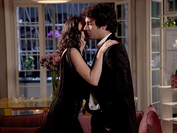 Cida agradece Elano com um beijo no rosto (Foto: Cheias de Charme / TV Globo)
