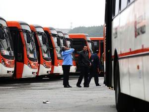 Motoristas e cobradores realizam protesto e fecham a garagem da viação de ônibus Gato Preto (Foto: Alex Falcão/ Estadão Conteúdo)